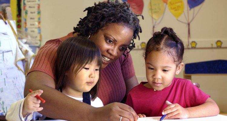 El asistente educativo ayuda a proveer atención individualizada en el salón de clases.