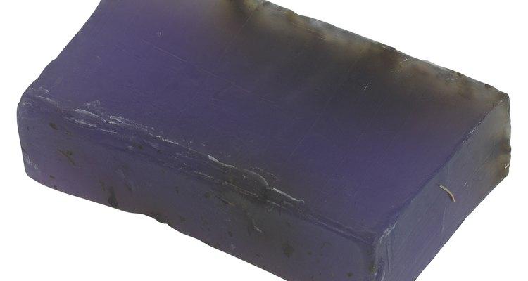 O sabonete de enxofre e lavanda mata os ácaros da sarna e suaviza as lesões da pele