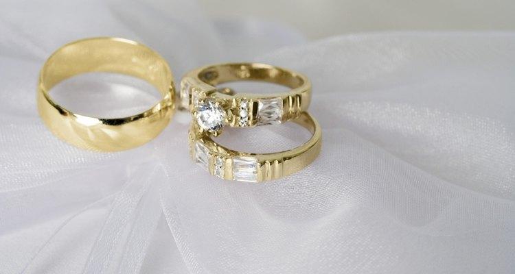 Usa tu anillo de boda y tu anillo de compromiso con estilo.