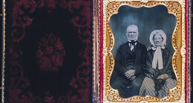 Remover com segurança a cola de fotos antigas as conserva para os futuros membros da família