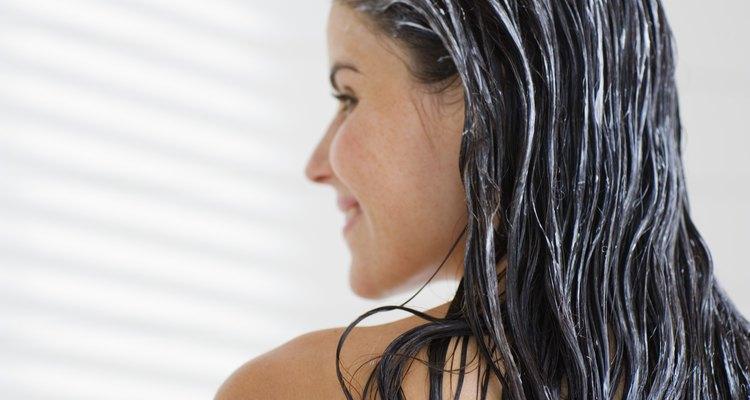 Haz un tratamiento acondicionador a tu cabello teñido para mantenerlo suave y sano.