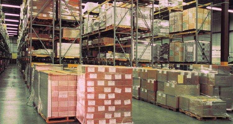 As caixas são muitas vezes guardadas sobre paletes para serem deslocadas mais facilmente