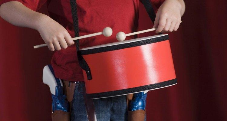 Hay un montón de artículos en tu hogar que puedes utilizar para crear un instrumento musical con tu hijo.