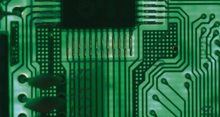 Un microcontrolador instalado en un circuito funciona esencialmente como un equipo completo, pero con un solo chip.