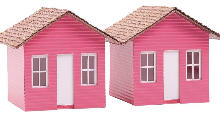 Los techos de arcilla de papel le dan a las pequeñas casas de muñecas una apariencia cómoda.