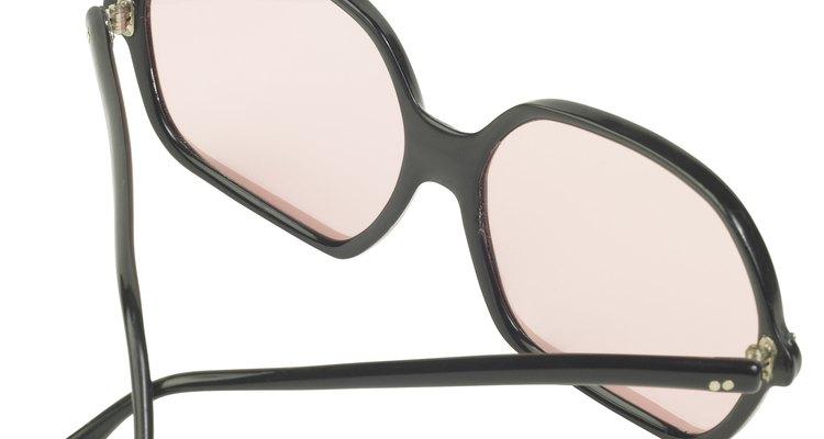Limpia los lentes con un limpiador de cristales.