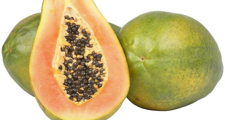 La papaya es amarilla, rosada o naranja al aire libre.