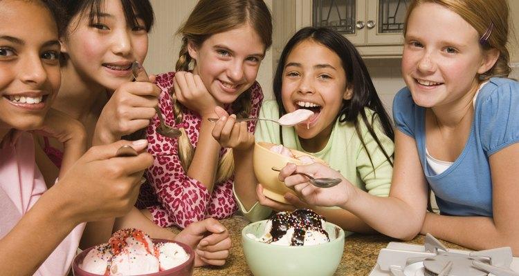 """Las consecuencias de """"verdad o consecuencia"""" en las pijamadas pueden incluir consecuencias divertidas, como comer un recipiente lleno de helado en sesenta segundos."""