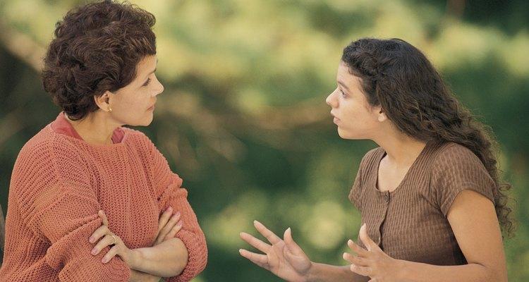 Hablar con un adolescente enojado es un reto para muchos padres.