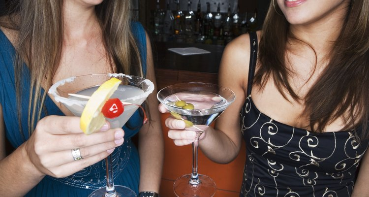 Duas mulheres bebendo álcool