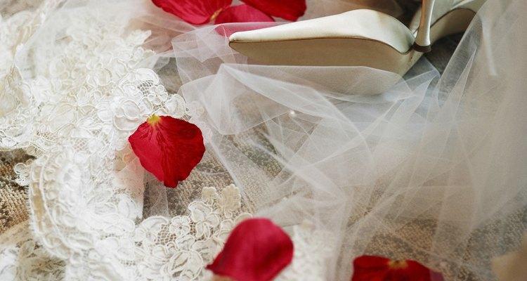 Los pequeños detalles como el encaje y adornos te ayudarán a crear un vestido de novia único.