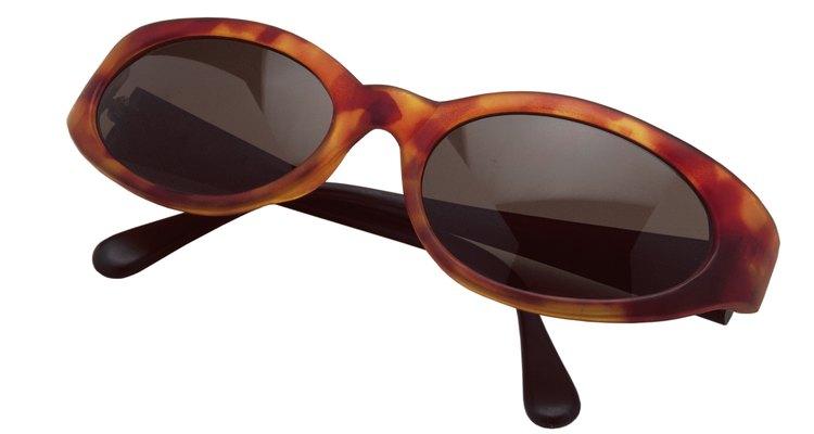 Debes tener en cuenta el tono de tu piel para elegir el color de las gafas.