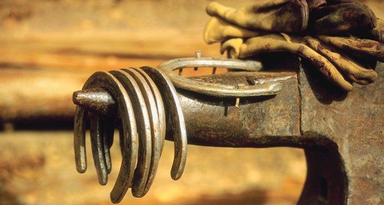 Las herraduras se forman utilizando martillos, una fragua y un yunque.