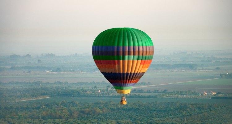 Alquila un globo de aire caliente por el día para llevarlos en un paseo romántico por el cielo.