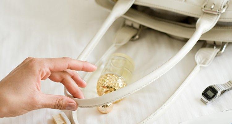 Manter uma bolsa de mão de vinil limpa pode ser um pouco complicado
