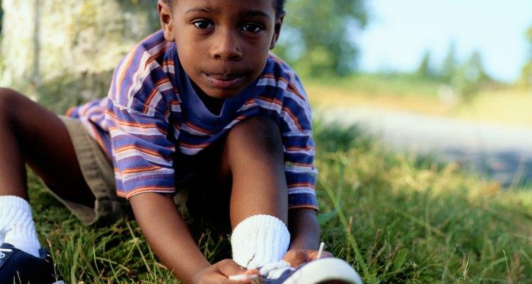 Niño pequeño atando sus zapatillas
