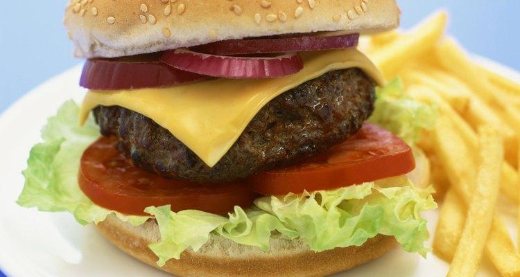 El agua helada es el secreto para crear hamburguesas bien cocidas y húmedas.