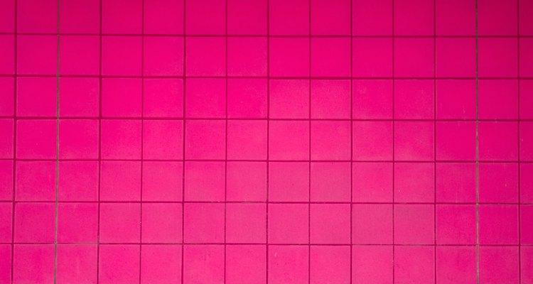 El azulejo de color rosa oscuro hace juego con el negro. o gris oscuro.