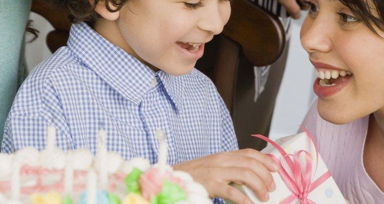 Manter sua mão acima do bolo evitará manchas na cobertura