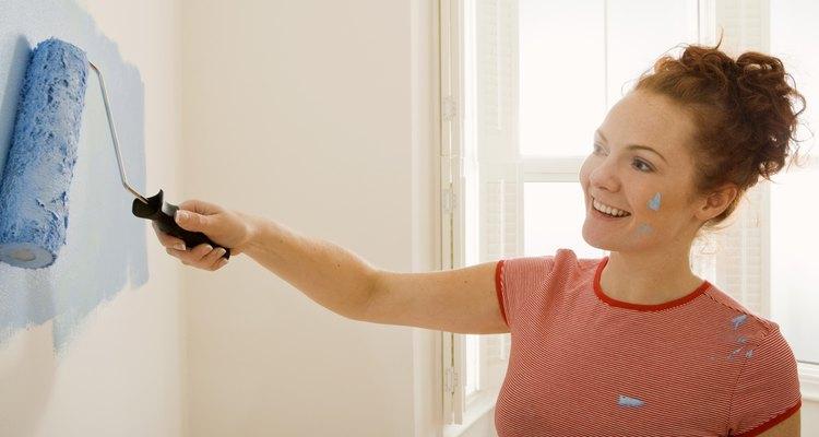 Pinta tu muro de cartón con un color sólido o agregale imágenes decorativas.