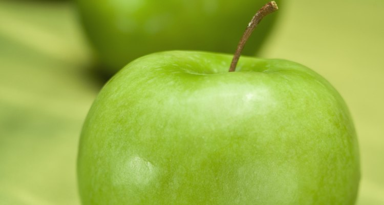 Las manzanas verdes son crujientes y agrias.