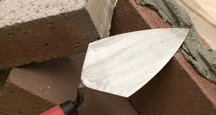 Aplica el mortero con una llana de albañilería.