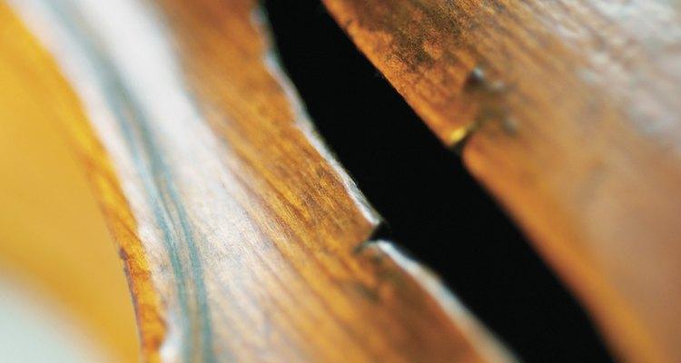 Olhe para dentro do violino pelo buraco em forma de F, para ver se consegue localizar uma etiqueta lá dentro