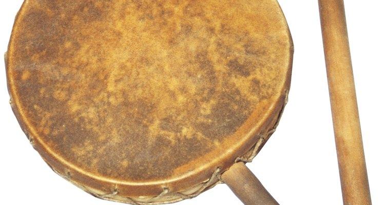 Un tambor de piel y un palo percutor son ejemplos de instrumentos aborígenes.