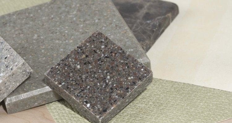 El sellador de granito protege el acabado de la piedra de granito pulida.
