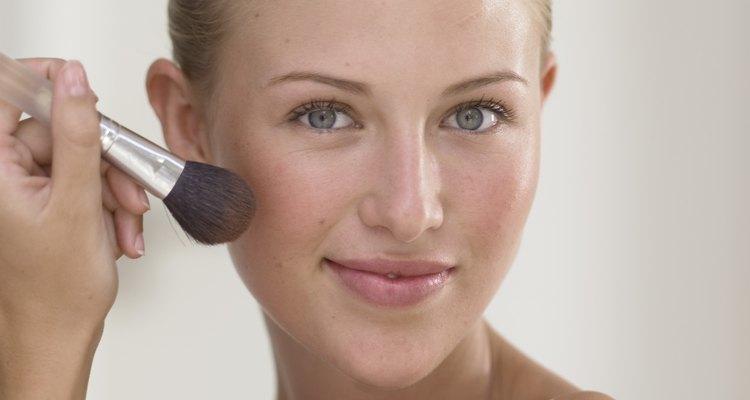 Use um pincel apropriado para maquiagem líquida para evitar um acabamento endurecido