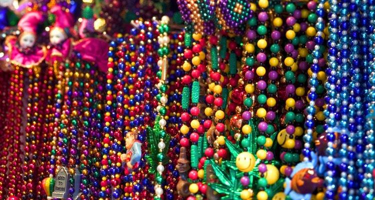 Haz un collar de muestra con cuentas en colores de Navidad.