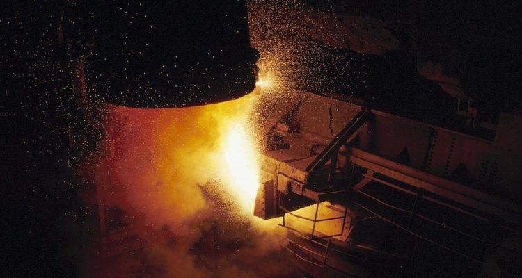 La creación del acero comienza con el mineral del hierro en un horno alto.