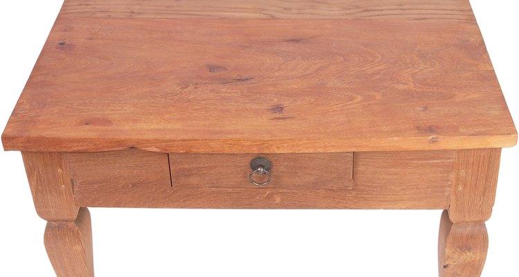 O álcool isopropílico pode danificar gravemente a madeira