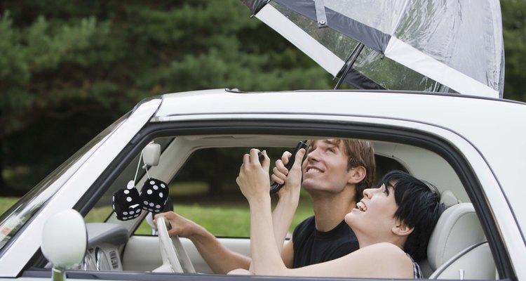 Revisa los desagües del techo corredizo de tu coche para que no huela a humedad.