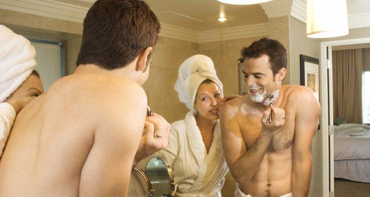 O trabalho de depilar as costas se torna muito mais fácil com a presença de um parceiro para lhe ajudar