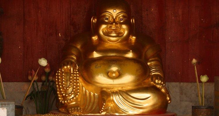 Pon un Buda sonriente en el área de prosperidad de una recámara.