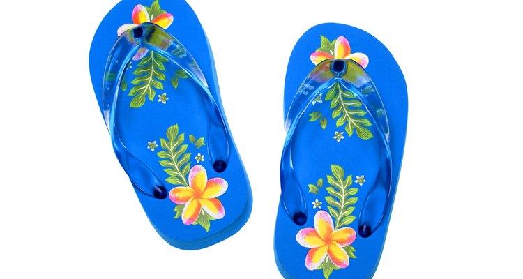 A limpeza completa pode eliminar o mau cheiro nos chinelos