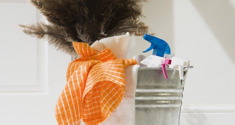 ¡No desesperes! Con paciencia utilzando estos consejos podrás sacar el adhesivo de tu ropa.