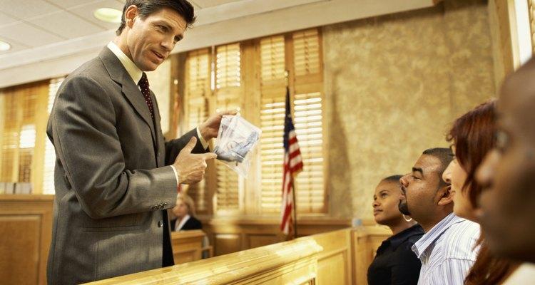 El fiscal dirige la investigación del gran jurado y presenta una serie de testigos y piezas de evidencia a un jurado de 16 a 20 personas.