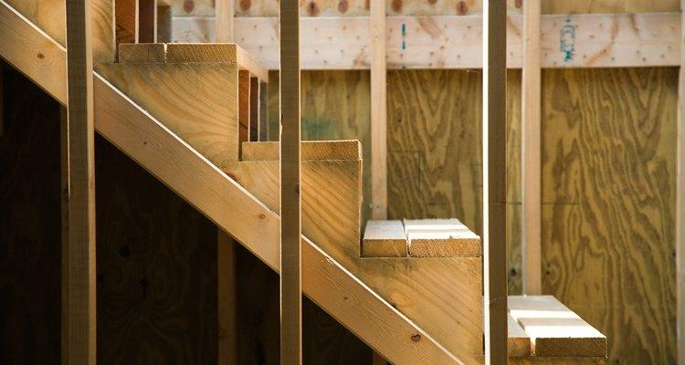 Los largueros soportan las huellas y las contrahuellas, y forman la estructura básica de una escalera.