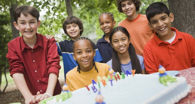As crianças com idades entre 10 a 12 anos querem uma festa divertida, mas nada muito infantil