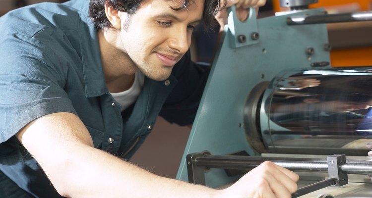 El segundo tipógrafo opera las prensas y las limpia después de cada proyecto.