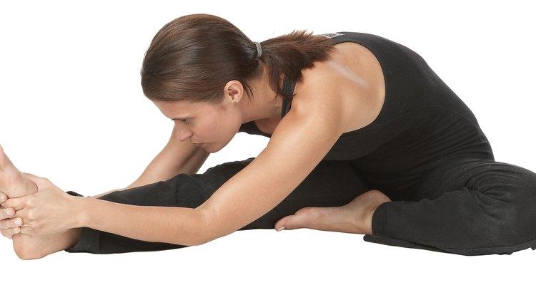 El estiramiento es una manera fácil de aliviar la rigidez muscular en las piernas.