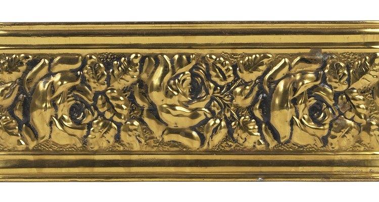 Restaura el bronce deslustrado con una pasta casera simple.
