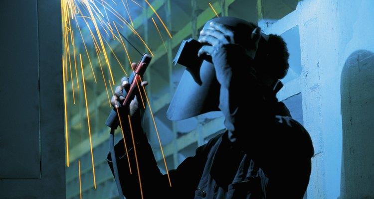 Um vestuário resistente ao fogo deve ser usado durante a soldagem sobre a cabeça