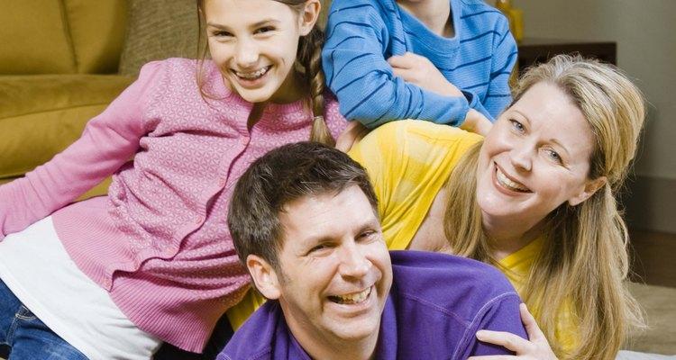 Crea una habitación en tu hogar en donde la familia pueda interactuar, realizar proyectos y divertirse en una sala de uso común.