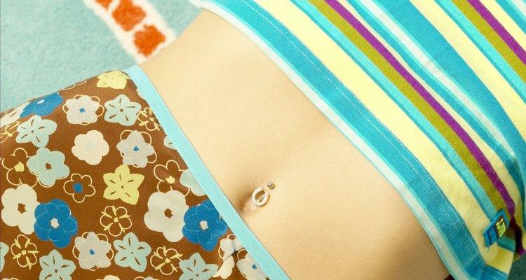 Um buraco de piercing curado deixa um tubo de tecido cicatrizado dentro da pele