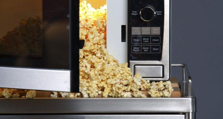 Há alguns tipos de comida que realmente deixam um cheiro ruim no ambiente, por isso evite levá-los para o trabalho