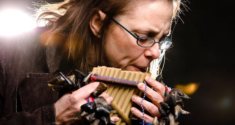 Flautas tradicionais podem ser feitas em casa usando canudos