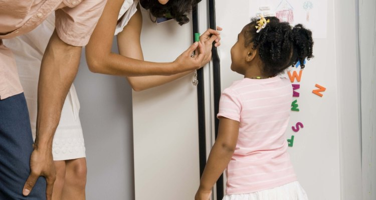 Las cerraduras para puertas de refrigeradores evitan que los niños pequeños entren en ellos.